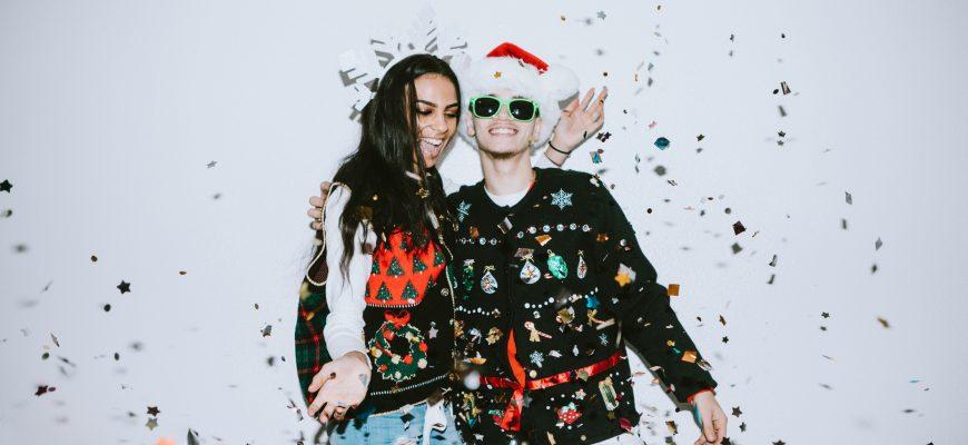 to tenåringer med konfetti rundt seg, der den ene har på seg en julenisselue