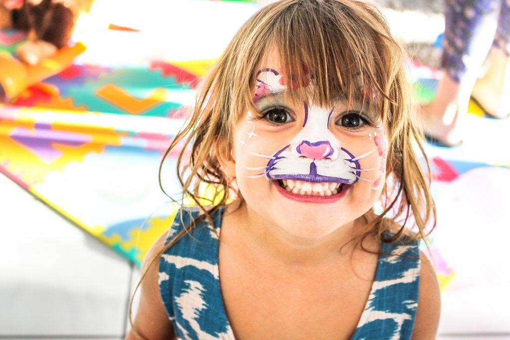 Jente med ansiktsmaling som kanin eller annet søtt dyr